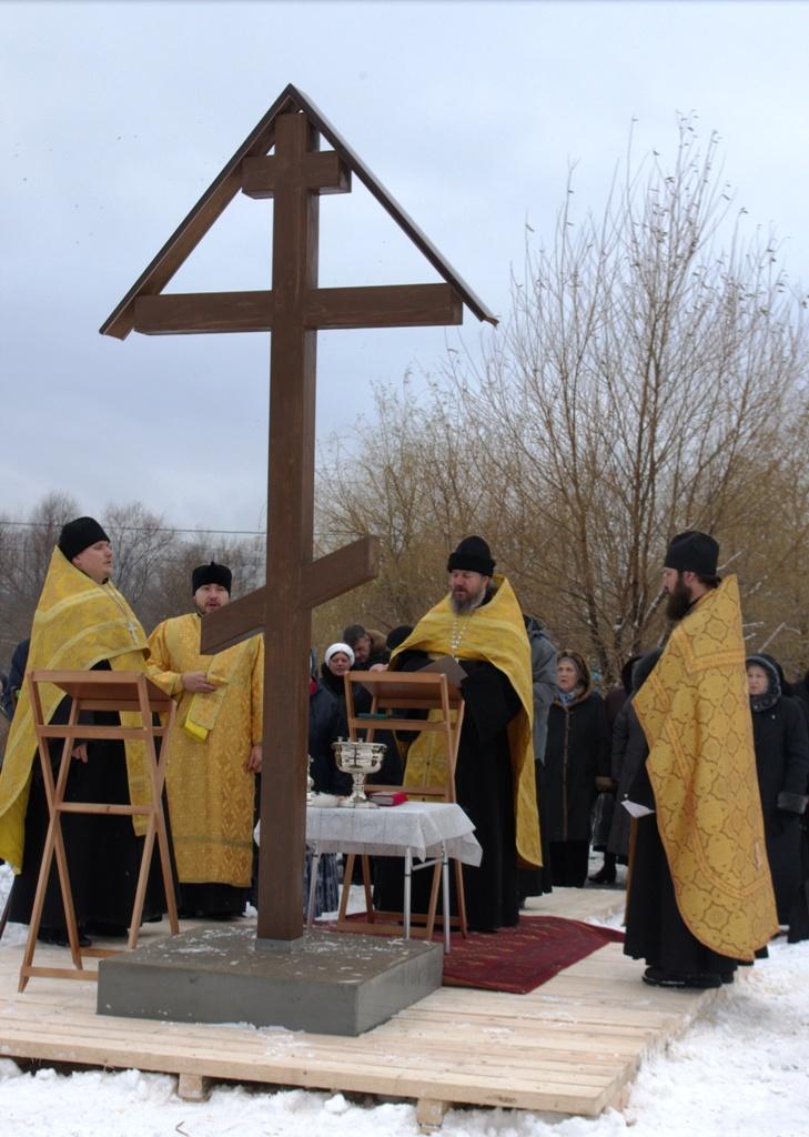 Установка креста на месте строительства храма сщмчч. Власию и Харалампию